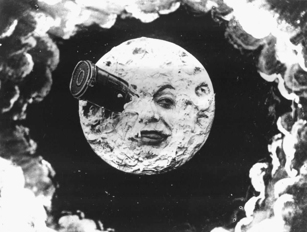 Immagini vecchie e nuove di viaggi verso la Luna. Un itinerario comparatistico
